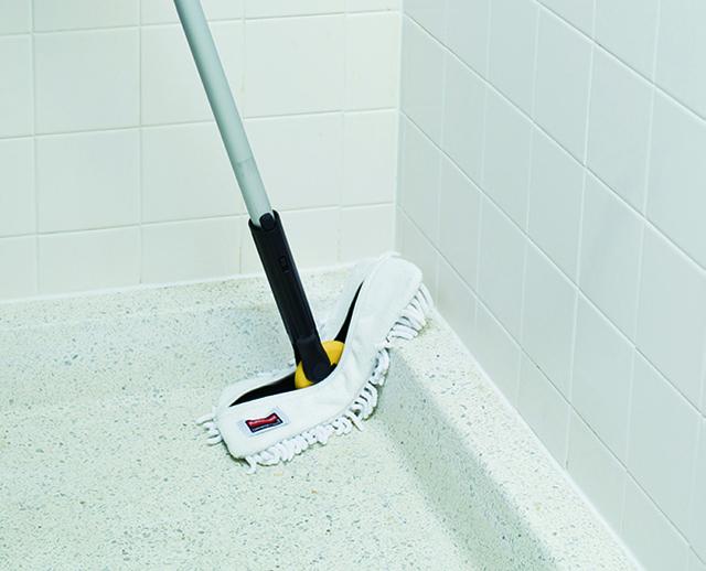 時間とコストの削減に 手が届きにくい場所でも簡単に清掃可能。 狭いスペースで床に膝をつきながら拭き作業をする必要が無くなり、時間とコスト削減にも。