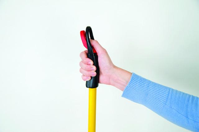 手元のボタンを押すだけで液剤を散布。